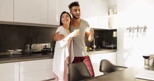Lumière du soleil parlante de matin de jeunes couples de métis, femme asiatique d'homme hispanique heureux ensemble en petit déje banque de vidéos