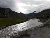 Lumière du soleil reflétée sur une rivière dans une vallée de l'Himalaya Photographie stock libre de droits