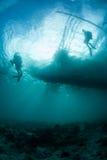 Lumière du soleil silhouettant des plongeurs autonomes Images stock