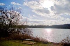 Lumière du soleil sur l'eau image stock
