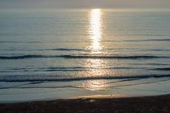 Lumière du soleil sur la mer calme Photo stock