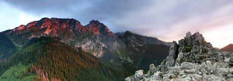 Lumière du soleil sur la montagne Image stock