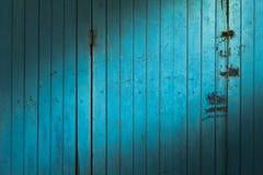 Lumière du soleil sur la vieille porte de pliage en bois antique S antique rayé images stock