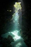 Lumière du soleil une grotte sous-marine étroite Photo stock
