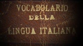 Lumière en marche et en arrêt sur un vieux dictionnaire italien banque de vidéos