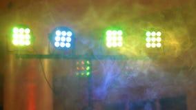 Lumière et fumée de concert Matériel d'éclairage avec les faisceaux multicolores 4k banque de vidéos