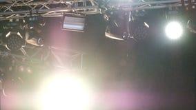 Lumière et fumée de concert sous la pluie Faisceaux jaunes et bleus lumineux des projecteurs sur l'étape Longueur de fond blur banque de vidéos