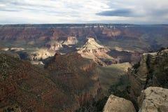 Lumière et tempêtes dispersées au-dessus de la jante du sud de Grand Canyon photographie stock libre de droits