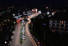 Lumière et trafic de nuit Photos stock