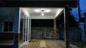 Lumière foncée sur la maison supérieure Asie de vintage à la soirée Images libres de droits