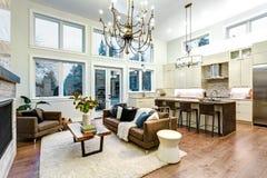 Lumière incroyable et salon bien aéré avec à haut plafond dans une maison de nouvelle construction image libre de droits