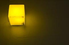 Lumière jaune de lampe - dehors images stock