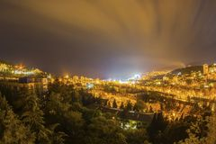 Lumière jaune de ville lumineuse de Yalta de nuit Photo stock