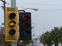 Lumière jaune pour des cyclistes Photographie stock libre de droits