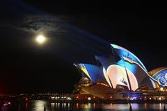 Lumière laser de bâtiment d'opéra photographie stock libre de droits