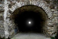 Lumière lumineuse à la fin de tunnel Photo libre de droits