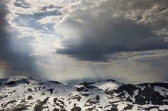 Lumière magique sur les montagnes couvertes de neige Photo stock