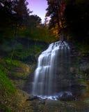 Lumière magnifique au-dessus de cascade à écriture ligne par ligne majestueuse Photos libres de droits