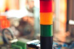Lumière menée de rouge, verte et orange sur le panneau de commande électrique Photos stock