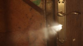 Lumière mystérieuse par le trou de la serrure clips vidéos