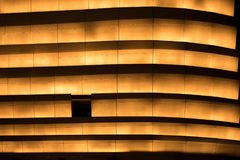 Lumière orange la nuit sur le mur photo libre de droits
