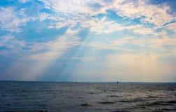 Lumière par les nuages Images libres de droits