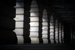 Lumière par les voûtes en pierre Image libre de droits