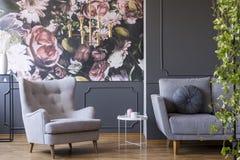 Lumière pendante d'or au-dessus d'un fauteuil confortable dans un roo vivant de fantaisie photo stock