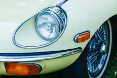 Lumière principale de Jaguar de type e photographie stock libre de droits