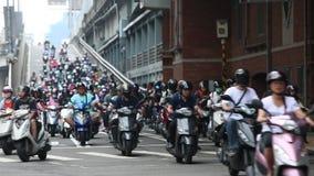 Lumière rouge de attente du trafic de motocyclette, heure de pointe occupée dans la ville de Taïpeh banque de vidéos
