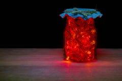 Lumière rouge de LED dans la bouteille en verre dans l'obscurité Photos libres de droits