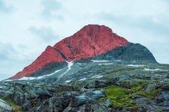 Lumière rouge de montagne Image stock