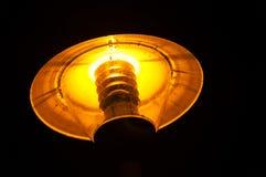 Lumière sous-exposée de lanterne de rue la nuit Construction de lampe Image libre de droits