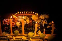 Lumière sur la bougie et la fleur Image stock