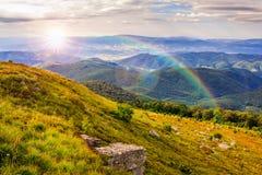 Lumière sur la pente de montagne en pierre avec la forêt Photo stock