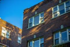 Lumière tachetée de feuillage du bâtiment résidentiel images stock