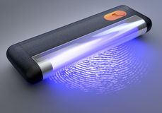 Lumière UV tenue dans la main au-dessus d'empreinte digitale Images libres de droits