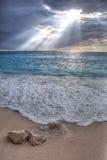 Lumière volumétrique au-dessus de plage de Porto Katsiki, Leucade Photographie stock libre de droits