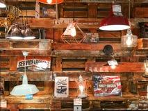 Lumières à vendre dans le magasin d'appareils ménagers de vintage Image libre de droits