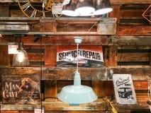 Lumières à vendre dans le magasin d'appareils ménagers de vintage Photographie stock libre de droits