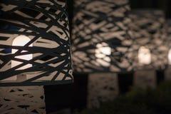 Lumières élégantes dans une rangée, extinction du foyer en profondeur Photos stock