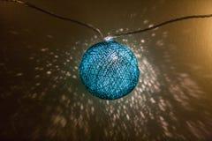 Lumières électriques de guirlande avec des boules de fil Image stock