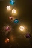 Lumières électriques de guirlande avec des boules de fil Photographie stock libre de droits