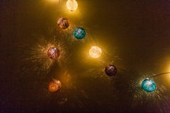 Lumières électriques de guirlande avec les boules multicolores Images libres de droits