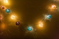 Lumières électriques de guirlande avec les boules multicolores Photos stock