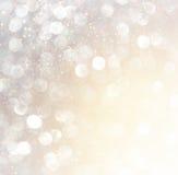 Lumières abstraites blanches de bokeh d'argent et d'or Fond Defocused images stock