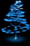 Lumières abstraites bleues en verre de vin Image stock