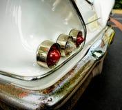 Lumières arrière de voiture classique avec le pare-chocs rouillé photographie stock