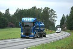 Lumières bleues de faisceau élevé de Scania R580 sur la route Images libres de droits