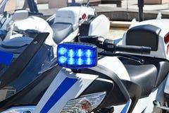 Lumières bleues sur la moto de police Images stock